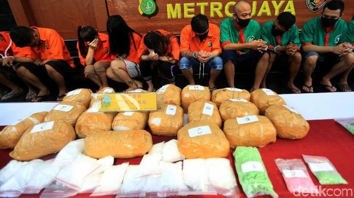Polisi mengamankan puluhan tersangka terkait narkoba. Ratusan butir ekstasi hingga puluhan kg sabu dan ganja turut diamankan oleh petugas kepolisian.