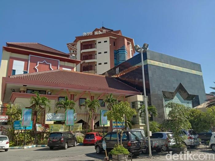 Seorang pasien COVID-19 di Surabaya bunuh diri. Ia meloncat dari lantai 6 RSU Haji.