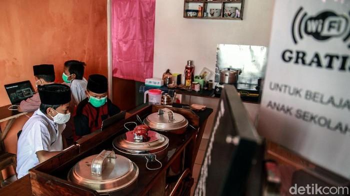 Warung kopi di Pondok Aren, Tangerang Selatan, sediakan WiFi gratis bagi pelajar yang hendak belajar online. Akibatnya, warung itu ramai didatangi oleh siswa SD