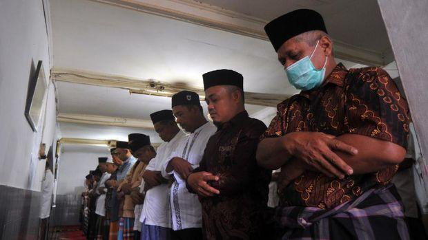 Jamaah Tarekat Naqsabandiyah melaksanakan Shalat Idul Adha di Surau Baru, Pauh, Padang, Sumatera Barat, Kamis (30/7/2020). Tarekat Naqsabandiyah menetapkan Hari Raya Idul Adha 10 Zulhijah 1441 Hijriyah berdasarkan metode hisab munjid, yakni pada Kamis, 30 Juli 2020, atau sehari lebih awal yang ditetapkan pemerintah. ANTARA FOTO/Iggoy el Fitra/nz