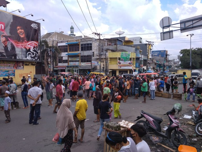 Suasana pedagang Pasar Sukaramai blokir jalan di Medan (Datuk Haris-detikcom)