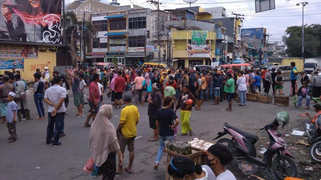 Tak Terima Digusur, PKL di Kawasan Pasar Sukaramai Medan Blokir Jalan
