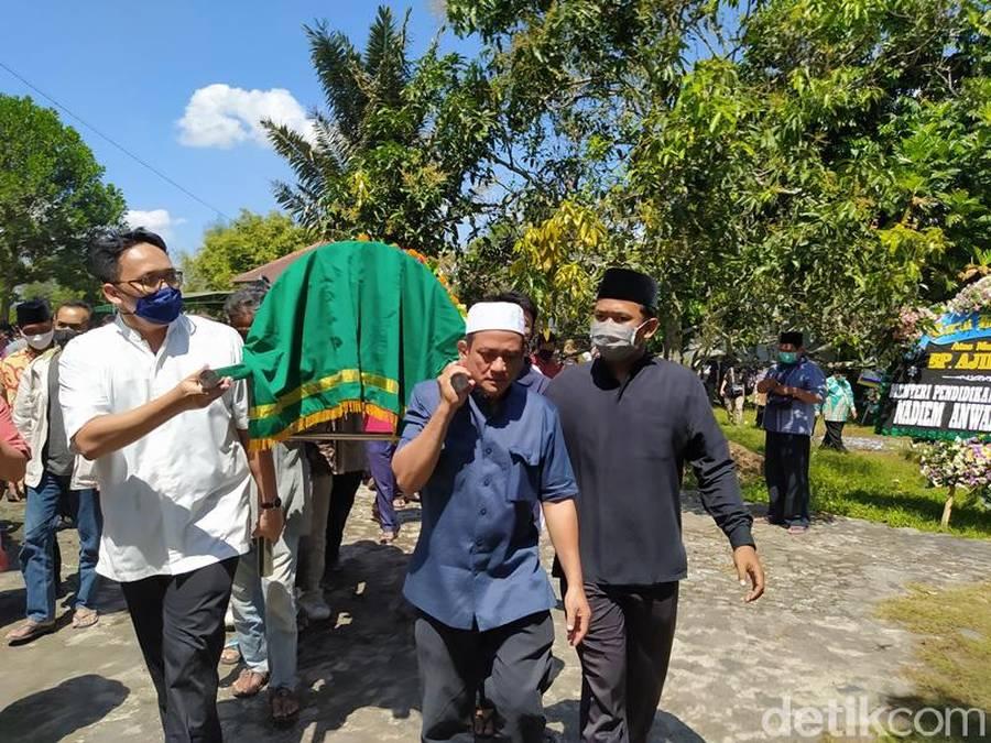 Suasana Pemakaman Sastrawan Ajip Rosidi