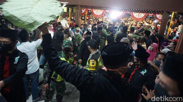Tradisi ancakan di Pendopo Kyai Wijil V, Kadilangu, Kecamatan Demak Kota, Kabupaten Demak, Kamis (30/7/2020).