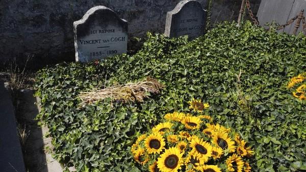 Dalam beberapa dasawarsa berikutnya, ia meraih kesuksesan dari segi popularitas, komersial, dan kritik, dan namanya diingat sebagai seorang pelukis yang penting namun berakhir tragis, dan kepribadiannya yang bermasalah melambangkan idealisme romantik akan seorang seniman yang tersiksa. AP Photo/Francois Mori