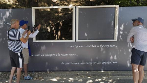 Pameran tersebut dilaksanakan di desa Auvers-sur-Oise, 35 kilometer utara Paris. Disanalah Vincent van Gogh menghabiskan minggu terakhir hidupnya dan menyelesaikan puluhan lukisan. AP Photo/Francois Mori