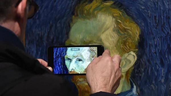 Semasa hidupnya Van Gogh mengalami psikosis. Walaupun ia merasa khawatir dengan kondisi kejiwaannya, ia sering kali mengabaikan kesehatan fisiknya, sehingga ia tidak makan dengan benar dan malah banyak minum alkohol. Stuart C. Wilson/Getty Images