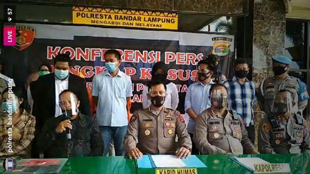 Vernita Syabilla saat rilis di Polresta Bandar Lampung, memakai kemeja cokelat kotak-kotak di samping kuasa hukumnya.