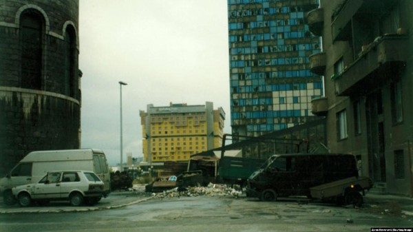 Hotel Holiday Sarajevo menjadi landmark ikonik dan simbol bertahan hidup selama pengepungan 1992-1995 di ibu kota Bosnia. Istimewa/rferl.org/Zoran Stevanovic