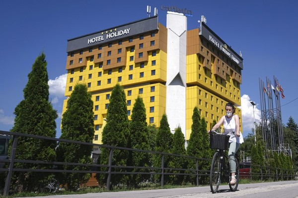Akibat serangan tersebut, hotel ini pernah hancur hingga akhirnya dibangun kembali dan menamakannya Holiday Hotel dengan ornamen serba kuning. AP Photo/Kemal Softic