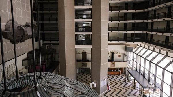 Hotel ini kembali menyambut tamu umum lagi pada Februari 1996. AP Photo/Kemal Softic
