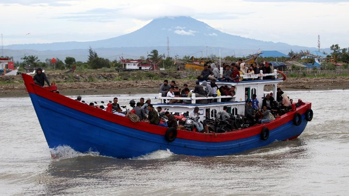 Sejumlah warga di Aceh melakukan mudik menjelang Idul Adha. Mereka menggunakan jasa transportasi kapal kayu yang difungsikan jadi angkutan barang dan penumpang.