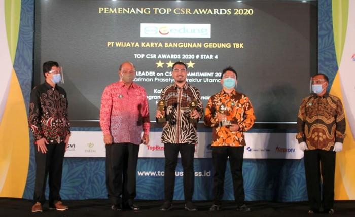 Head of PR dan CSR PT Wijaya Karya Bangunan Gedung Tbk (wege) Firlan (kiri) dan Sekretaris Perusahaan PT Wijaya Karya Bangunan Gedung Tbk (Wege) Bobby Iman setya (kanan) berfoto bersama disela acara Top CSR award 2020 di Jakarta, Rabu (29/7/2020) malam. WEGE menyabet 3 kategori penghargaan sekaligus dalam TOP CSR Awards 2020 yang diselengarakan oleh TOP Business. Tiga penghargaan tersebut adalah, TOP CSR Award 2020 Star 4, TOP Leader on CSR Commitment 2020 dan TOP CSR Award 2020. Apresiasi ini merupakan wujud aksi nyata dan komitmen perusahaan dalam mewujudkan program CSR yang sustainable dan memiliki Creating Shared Value serta berdampak postif bagi lingkungan dan perusahaan.