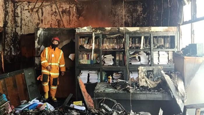 Api kembali muncul di sisa material di kantor Dinkes Sulsel. Seorang petugas terluka dan dilarikan ke RS (dok Istimewa)