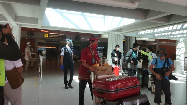 Terlihat para staf membantu traveler membawa koper wisatawan. (Angga Riza/detikcom)