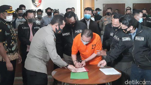 Bareskrim Polri serahkan terpidana kasus hak tagih (cessie) Bank Bali Djoko Tjandra ke Kejagung (Yogi Ernes/detikcom)