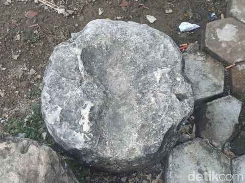 Batu yang diyakini warga bekas jejak kaki Sunan Kudus di Masjid Al Karomah Demak, Jumat (31/7/2020).