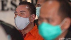 Usai Diperiksa Kejagung, Djoko Tjandra Pakai Rompi Tahanan Pink-Diborgol