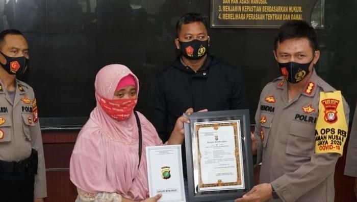 Emak-emak di Bekasi, Jawa Barat, dapat penghargaan usai lawan begal