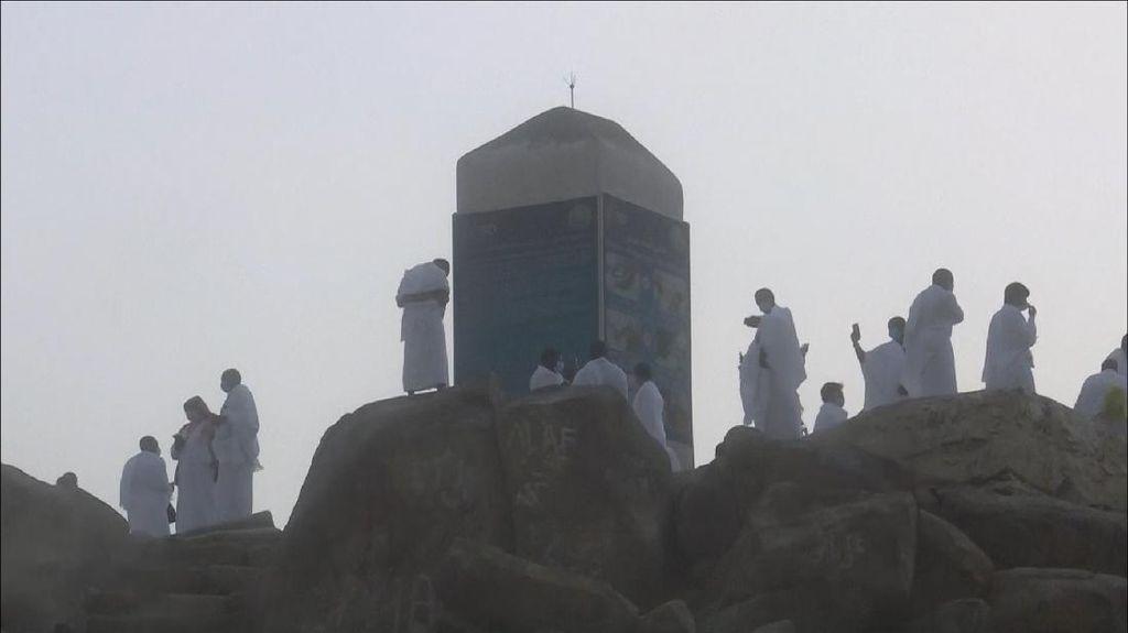 Jemaah Haji Khusyuk Berdoa di Jabal Rahmah