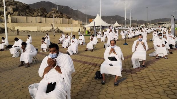 Muslim pilgrims pray near the Mercy mountain in Arafat as they distance themselves to protect against coronavirus during the annual hajj pilgrimage near the holy city of Mecca, Saudi Arabia, Thursday, July 30, 2020. This year's hajj was dramatically scaled down from 2.5 million pilgrims to as few as 1,000 due to the coronavirus pandemic. (AP Photo)