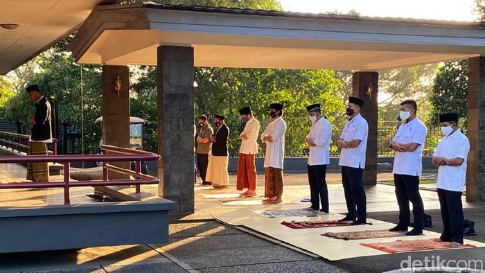 Presiden Joko Widodo (Jokowi) melaksanakan salat Idul Adha 1441 Hijriah di kediamannya di Istana Bogor, Jawa Barat. Salat digelar di halaman kediaman Jokowi, Wisma Bayurini, Kompleks Istana Kepresidenan Bogor, Jawa Barat, Jumat (31/7/2020).