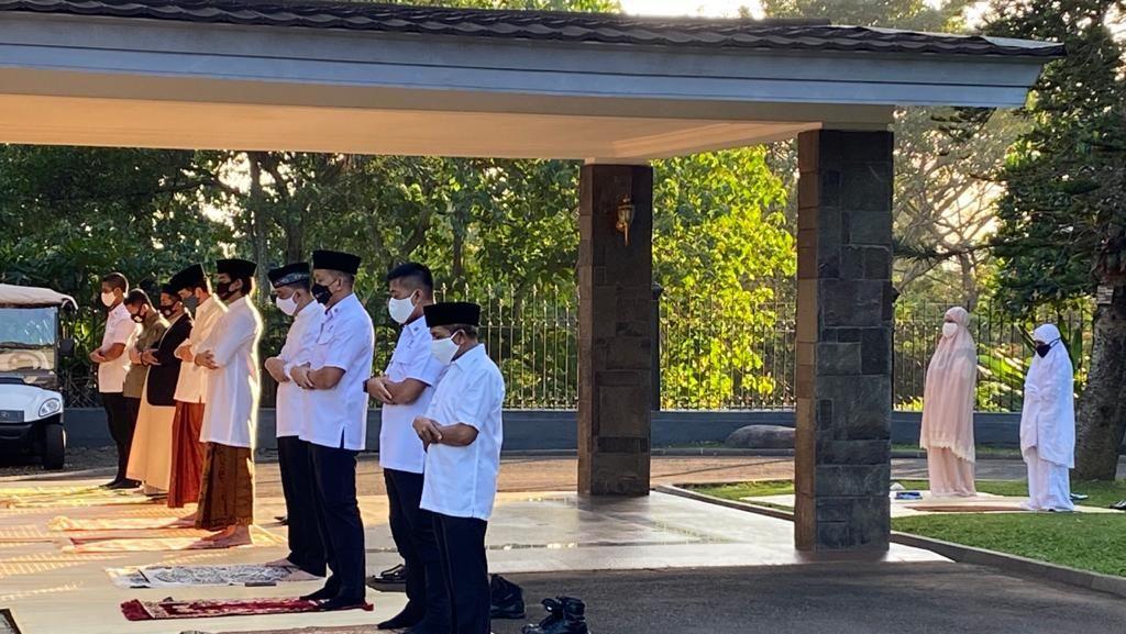 Jokowi dan Keluarga Salat Idul Adha di Halaman Wisma Bayurini Istana Bogor
