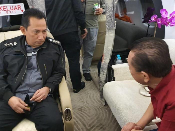 Kabareskrim Polri Komjen Listyo Sigit Prabowo melakukan interogasi awal terhadap buronan Djoko Tjandra di dalam pesawat menuju Indonesia