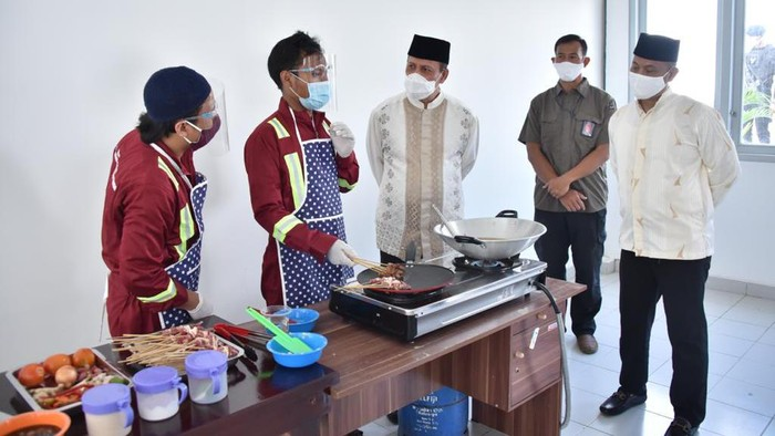 Kepala BNPT Boy Rafli melihat aksi napi kasus terorisme memasak daging kurban (dok BNPT)