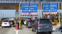 Truk Terguling di Km 83 Tol Cipularang, Lalin ke Jakarta Macet Parah
