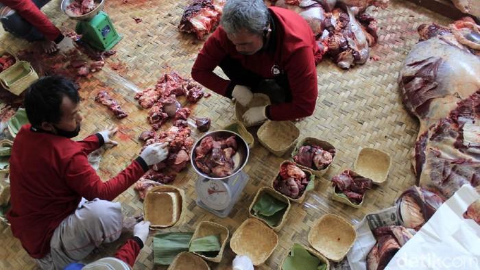 Panitia kurban Masjid Al Latief Bandung mendistribusikan daging kurban menggunakan wadah dari anyaman bambu atau besek. Hal itu dilakukan untuk mengurangi sampah plastik.