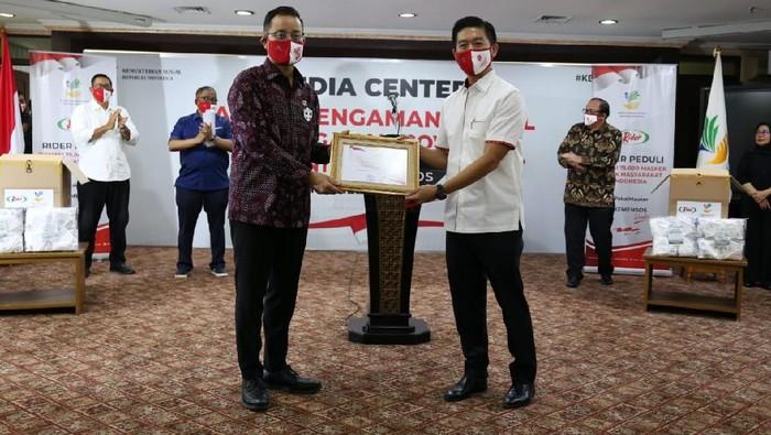 Menteri Sosial Juliari P Batubara menerima bantuan 75.000 buah masker dari Direktur Utama PT Mulia Knitting Factory (Rider) untuk dibagikan kepada masyarakat melalui Kementerian Sosial di Jakarta.