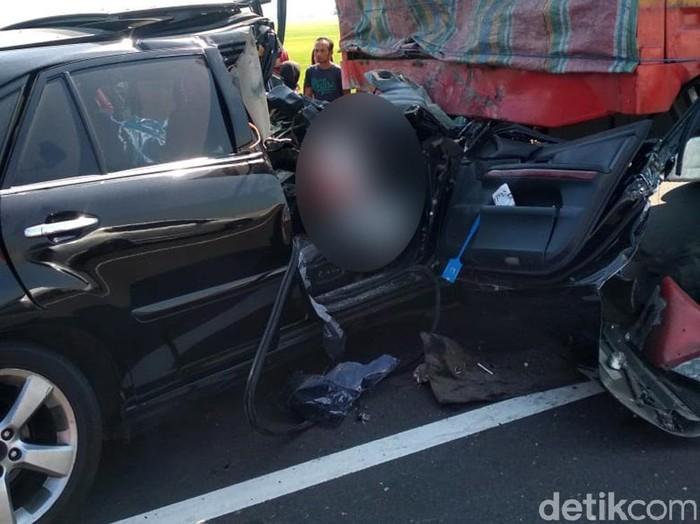 Kecelakaan mobil menyeruduk truk fuso terjadi di Tol Pemalang-Batang, JUmat (31/7/2020) pagi. Seorang penumpang mobil tewas seketika dalam kecelakaan tersebut.