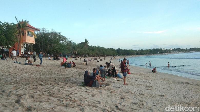 Pantai Kuta Bali ramai wisatawan di hari pertama