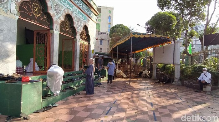 Pengurus Masjid Jami Al Mamur Tanah Abang menceritakan menurunnya jumlah hewan kurban akibat masa pandemi Corona (Rahel Narda/detikcom)