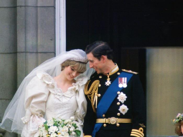 Yang paling terkenal dari Royal Wedding Putri Diana dan Pangeran Charles, yakni foto yang menunjukkan ciuman pertama keduanya sebagai suami-istri di balkon Istana Buckingham. Tapi, foto manis ini menunjukkan keduanya tengah bersandar satu sama lain, bisa dibilang ini sama romantisnya. (Foto: Istimewa)