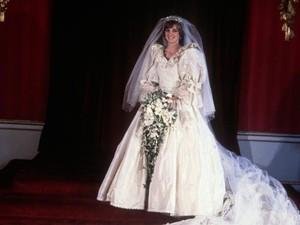 Mirip Banget, Artis Cantik Ini Pakai Gaun Replika Putri Diana