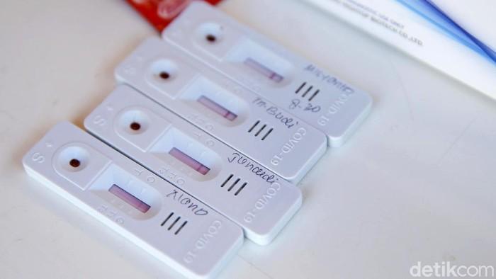Petugas kesehatan melakukan Rapid tes terhadap petugas jagal kurban di kawasan Puri Beta, Tangerang, Banten, Jumat (31/7/2020). Rapid tes ini dilakukan untuk mencegahnya penularan COVID-19.