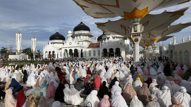 Umat muslim menunaikan ibadah shalat Idul Adha 1441 H di Masjid Raya Baiturrahman, Banda Aceh, Aceh, Jumat (31/7/2020). Mayoritas umat muslim melaksanakan shalat Idul Adha secara berjamaah di tengah pandemi COVID-19. ANTARA FOTO/Irwansyah Putra