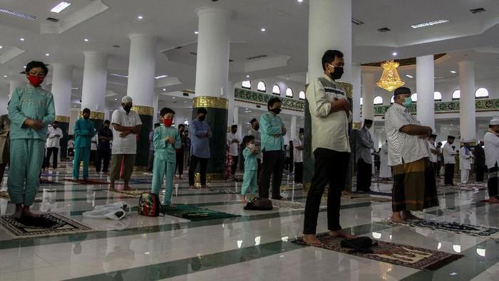 Umat muslim melaksanakan shalat Idul Adha di Masjid Raya Annur Pekanbaru, di Pekanbaru, Riau, Jumat (31/7/2020). Masjid Raya Annur Pekanbaru menggelar shalat Idul Adha berjamaah dengan menerapkan protokol kesehatan guna mencegah penyebaran COVID-19 seperti mencuci tangan sebelum masuk masjid, mengukur suhu tubuh, mengenakan masker serta menjaga jarak. ANTARA FOTO/Rony Muharrman
