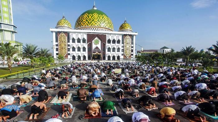 Umat muslim melaksanakan shalat Idul Adha 1441 H di Masjid Raya Darussalaam, Palangkaraya, Kalimantan Tengah, Jumat (31/7/2020). Meskipun pemerintah daerah setempat mengeluarkan surat imbauan untuk melaksanakan shalat id di rumah masing-masing, sejumlah masjid di daerah itu tetap melaksanakan shalat Idul Adha 1441 H secara berjamaah di tengah pandemi COVID-19. ANTARA FOTO/Makna Zaezar