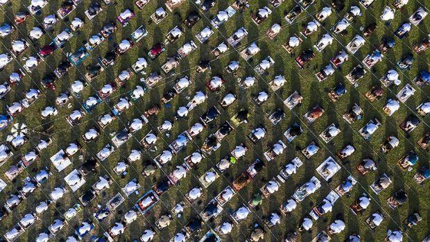Umat muslim menunaikan ibadah Shalat Idul Adha 1441 H di lingkungan Masjid Al-Azhar, Jakarta, Jumat (31/7/2020). Umat muslim di seluruh Indonesia mulai melaksanakan shalat Idul Adha secara berjamaah di tengah pandemik COVID-19. ANTARA FOTO/Muhammad Adimaja/pras.