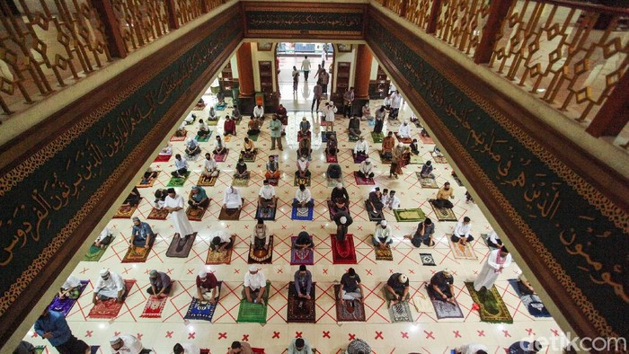 Sejumlah warga melaksanakan salat Idul Adha di Masjid Al Barkah, Bekasi, Jumat (31/7/2020). Di tengah pandemi virus corona jamaah tetap melaksanakan salat Idul Adha dengan menerapkan protokol kesehatan.