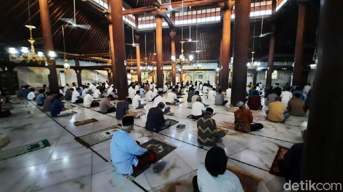 Masjid Gedhe Kauman Yogyakarta menggelar salat Idul Adha 1441 H berjamaah dengan menerapkan protokol kesehatan secara ketat. Salat Id tersebut hanya diikuti oleh warga sekitar masjid.