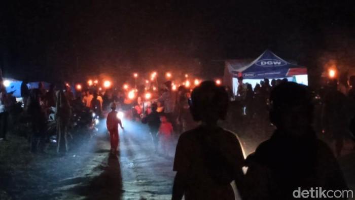 Sambut Idu Adha, korban banjir bandang di Luwu Utara menggelar gerakan seribu obor