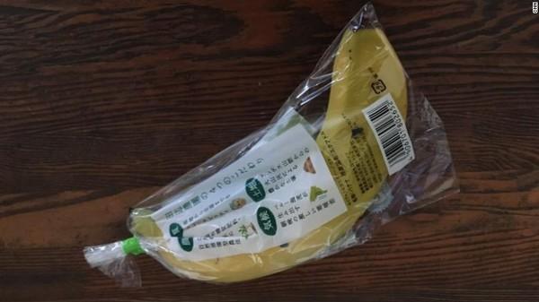 Penggunaan plastik yang massif di Jepang dimulai pada tahun 1960-70an. Negara ini dikenal dengan industrinya dan berusaha mengubah citra pembuat barang murah menjadi pengecer premium. Praktikdi toserba Jepang dipenuhi dengan makanan yang dibungkus plastik per biji sudah berlangsung puluhan tahun.