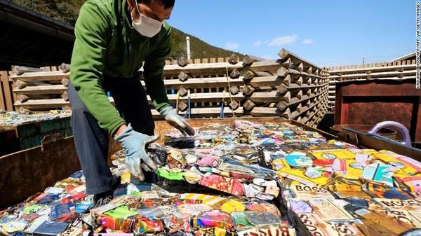 Sebagian kecil dari keseluruhan sampah plastik Jepang dikirim ke luar negeri untuk diproses kembali. Pada tahun 2018, Jepang adalah pengekspor sampah plastik terbesar di dunia. Negeri ini mengirim lebih dari satu juta ton ke luar negeridantak tahu pengolahan plastik di negara tujuan.