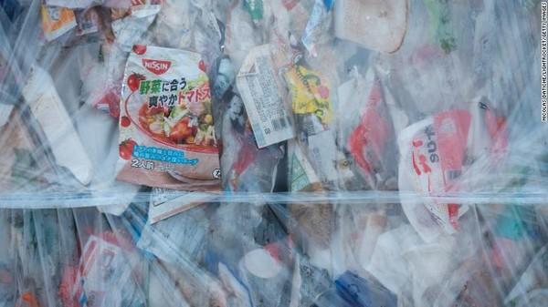 Penjual menganggap bahwa bungkus plastik akan menjamin higienitas suatu barang, kata juru bicara Lawson.Ketika warga Jepang memilah sampah plastik dan membuangnya, mereka menganggap itu akan berubah menjadi produk plastik baru. Kenyataannya?