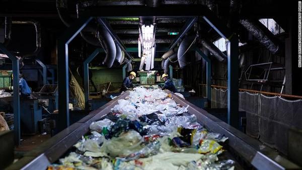 Jepang menghasilkan sekitar 9 juta ton limbah plastik setiap tahun, kedua setelah Amerika Serikat, yang menghasilkan 35 juta ton limbah plastik pada tahun 2017. Negara ini hanya mendaur ulang kurang dari 10%.