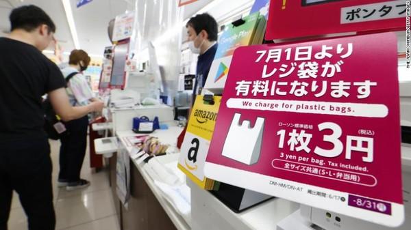 Pemerintah Jepang mengenakan biaya wajib kantong plastik antara 3-5 yen atau Rp 400-700 di bulan ini.Dari 540 miliar kantong plastik yang digunakan setiap tahun di seluruh dunia, konsumen di Jepang menggunakan 30 miliar di antaranya.